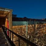 Vista desde el puente a la terraza central, espectacular de noche