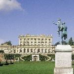 Hotel Exterior & Statue
