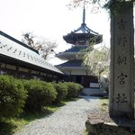 吉野朝宮跡の石碑と仏舎利宝殿