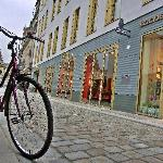 Straßenimpression rund um das Gebäude des Swissôtels