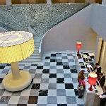 Weitläufige und außergewöhnlich designte Lobby mit Rezeption
