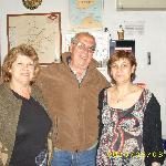 Con mi esposa y personal de recepción del Hostal