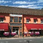 à gauche bar, à droite le restaurant, au centre réception hôtel