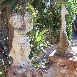 Viel Grün und Steinfiguren im Garten