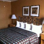 Kingsize Bett (sehr kleine Kissen und keine richtige Decke)