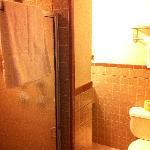 Bad (links Duschkabine, um die Ecke Waschbecken und Föhn)