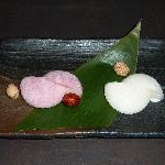 Glaces au litchi et fleur de cerisier entourées de pâte de riz