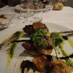 Confit de canard con salsa di erbe aromatiche e composta di frutta