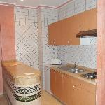 Keukenkasten plakten en hingen allemaal scheef, keukengerief was niet proper gewassen.