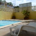 Vis a vis direct des appartements alentours sur la piscine!
