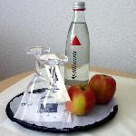 Kostenloses Mineralwasser und frische Äpfel