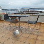 terraza del atico donde se desayuna, con las gaviotas esperando por el desayuno