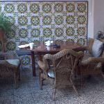 Solo una parte de la zona de desayuno..hay más mesas y lugar.