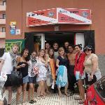 grupo frente al portal del centro de buceo