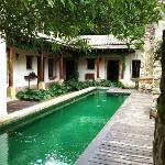 Zona de piscina, al fondo las habitaciones