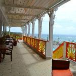 Vue de la terrasse de l'hôtel et des chambres côté mer