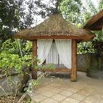 grande terrasse avec le gazébo devant la chambre Tanah Lot