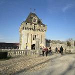 L'ancien donjon et l'entrée du château