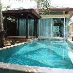 Private Pool der Beach Villa mit Sala