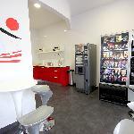 Zona desayunos, maquina de vending y zona de cocina