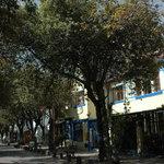 Calle y casa del hostal, patrimonio de Quito.