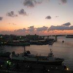 夕暮れの泊港。目の前の橋が泊大橋です。