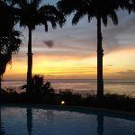 coucher de soleil depuis la piscine de l'hotel