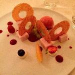 Croustillants de pâte filo, sorbet à la fraise et carrés de lait à la fraise