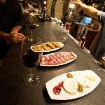 Desfrute os nossos vinhos e petiscos - Enjoy our wines and delights