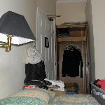 porta di ingresso in camera e piccolo armadio