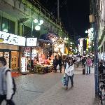 アメ横/上野駅よりは比較的整然としてます