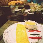 Desayuno. Omelette de verduras en salsa poblana