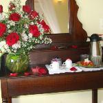 Decoracion flores naturales bandeja del agua y cafe