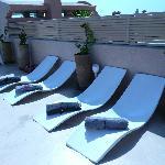 les chaises longues sur la terrasse