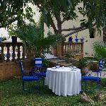 Gedeckter Frühstückstisch im Garten