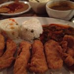 Fajitas de pollo empanizadas, acompañadas de arroz y nopalitos