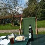 裏の公園 注文したビールとアップルパイ!