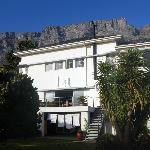 die Lodge am Tag mit Tafelberg im Hintergrund