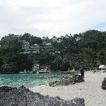 Bucht mit dem Hotel geradeaus
