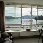 Vue du séjour-cuisine sur le lac