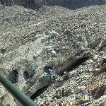 Desde lo alto se aprecian las grutas excavadas en la masa de hielo del glaciar.