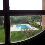 Vista della piscina dalla scla di accesso alle stanze.