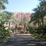 вид отеля со стороны въезда