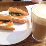 カプチーノとモッツァレーラチーズのサンドイッチ