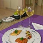Willkommensüberraschung: Wein und Häppchen auf dem Zimmer