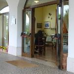 L'ingresso principale con la saletta per la prima colazione.