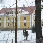 Hotel vom angrenzenden Wald aus