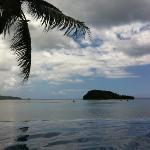 プールから眺める海