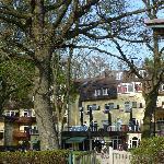 Hotel/Seeseite mit Wintergarten und Gartenhaus, Spielplätze