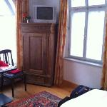 Zimmer im EG mit Kleiderschrank und TV